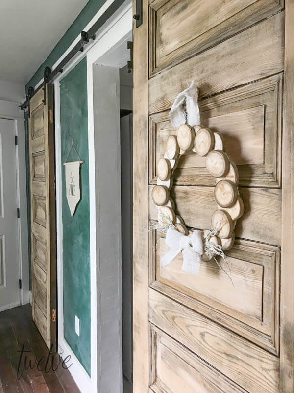 Make a wreath with wood slices for a touch or rustic decor for fall or any time of year
