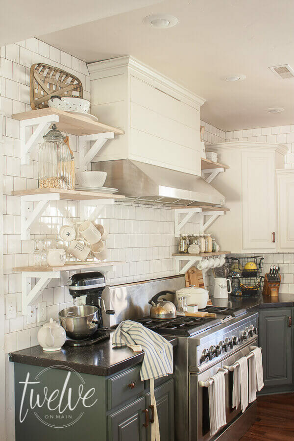 Farmhouse tile backsplash in the kitchen. These simple farmhouse tiles are so simple and beautiful! Come see more farmhouse tiles ideas here!