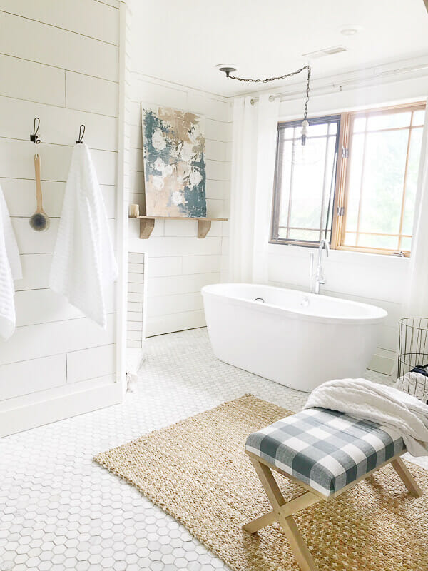 Love this abstract farmhouse artwork in the bathroom. Amazing!