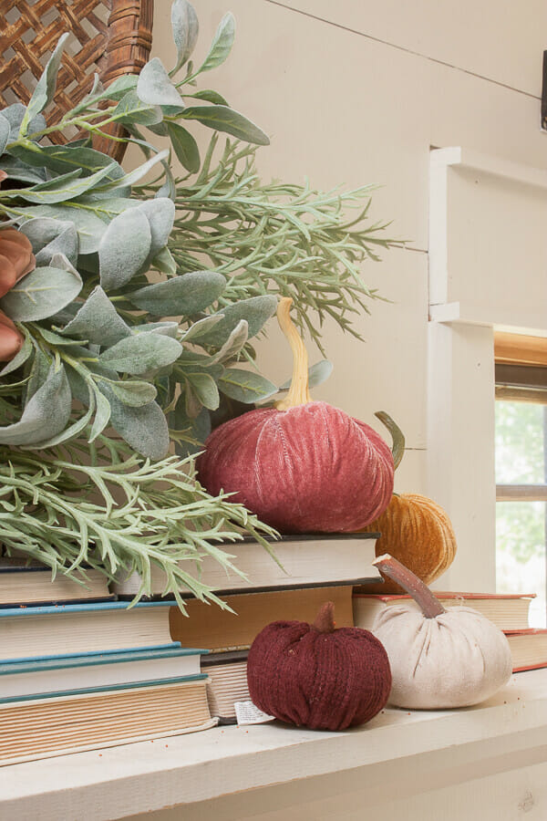 Love the combination of these colors for fall! Such pretty fall mantel decoration