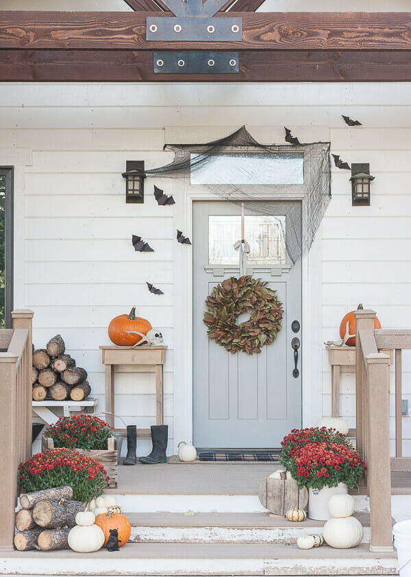 Chic and stylish Halloween home decor! I love this porch decorated for Halloween!