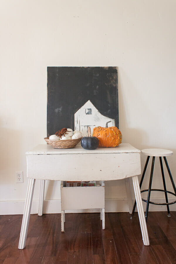 Easy chic and stylish Halloween home decor. I love adding simple Halloween decor to my home.