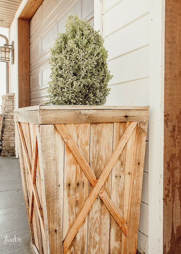 Oh my gosh I love these gorgeous pallet planters!  I cant get enough!