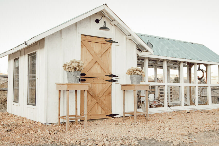 Gorgeous chicken coop DIY! Love all the features of this chicken coop design!