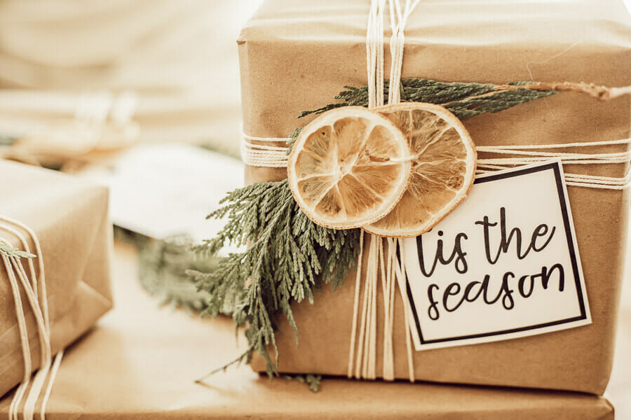 Here are some really great Scandinavian inspired Christmas gift wrapping ideas, and get FREE printable gift tags as well!
